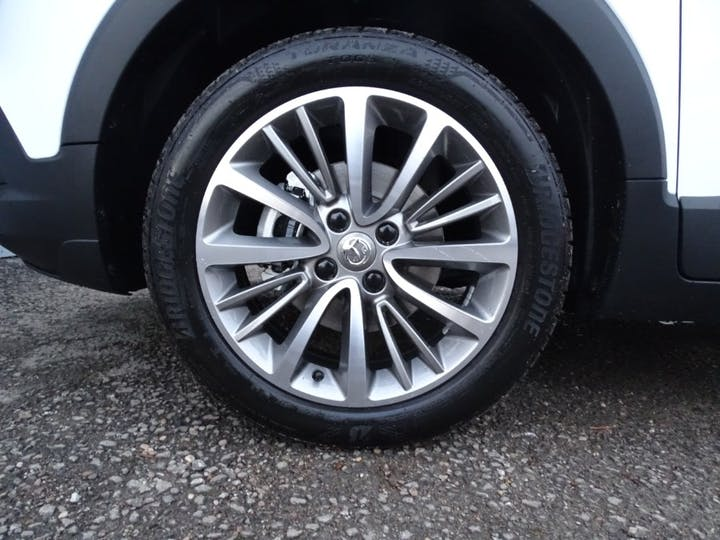 White Vauxhall Crossland X Griffin 2020